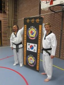 Licentiehouder Randy Rijke (rechts) bij de overdracht door Henrie Ceulen.