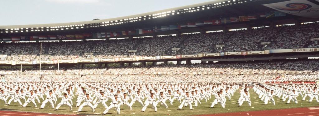 Duizend zwarte banders bij de opening van de Olympische Spelen in Seoel. Taekwondo werd in 1988 als demonstratiesport geïntroduceerd. </em